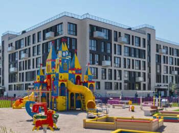 Детская игровая площадка на территории